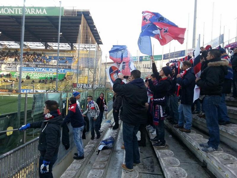 I tifosi del Cagliari sugli spalti del Tardini