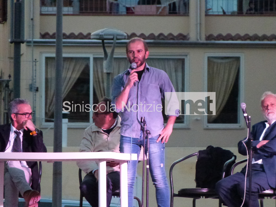 Antonio Satta durante il confronto pubblico fra candidati a La Caletta